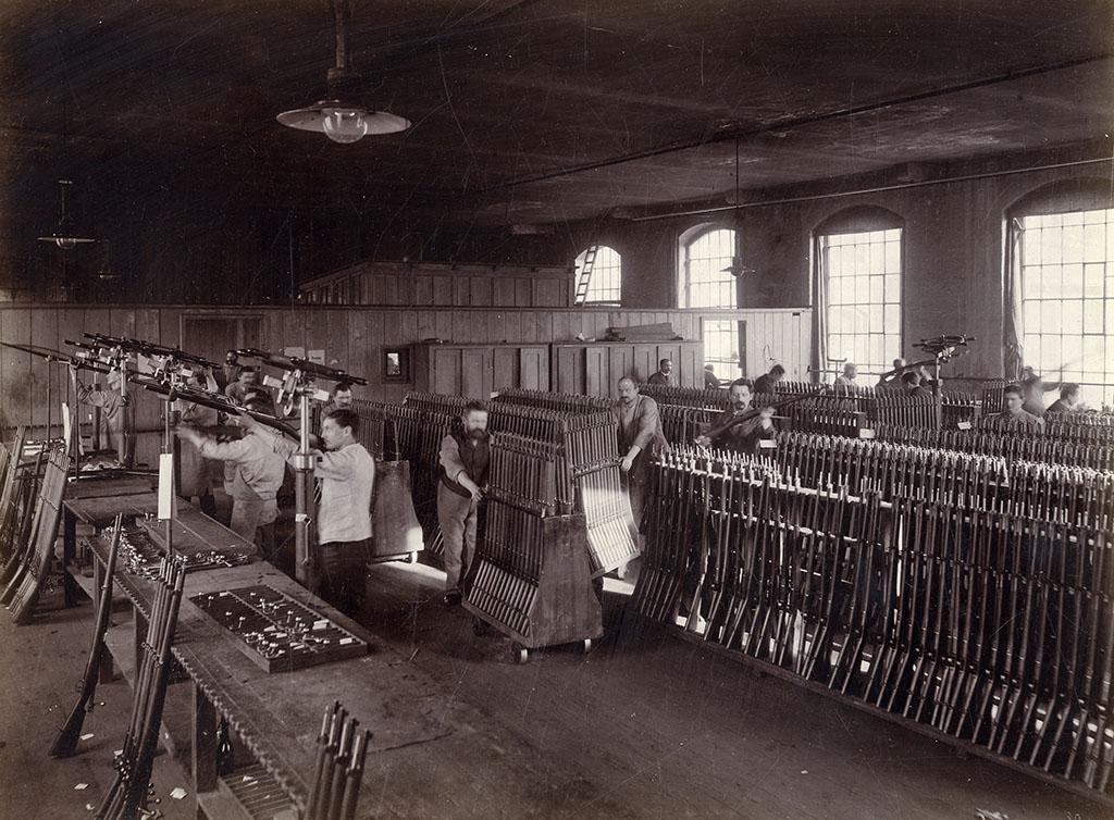 Blick in die Waffen- und Munitionsfabrik Karlsruhe um 1900; Quelle: Stadtarchiv Karlsruhe 8_Alben_390_26
