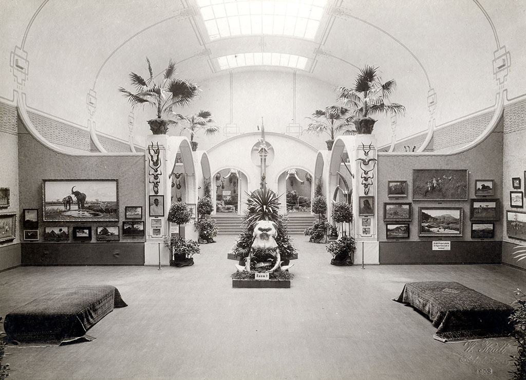 """Blick in einer der Ausstellungsräume der """"Deutsch-Kolonialen Jagdausstellung"""" 1903; Quelle: Stadtarchiv Karlsruhe 8_PBS_XII_228"""